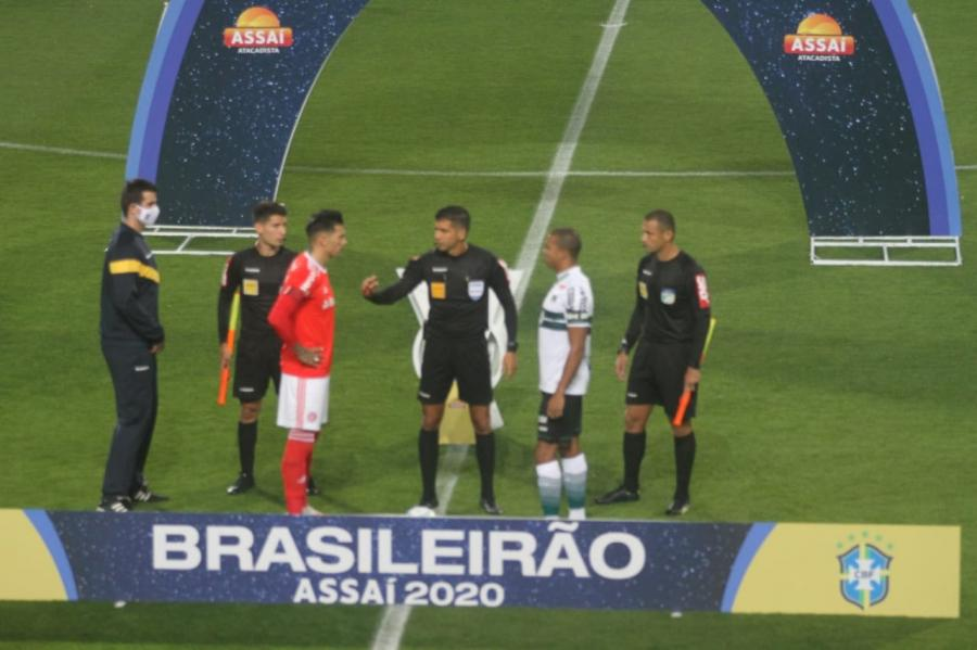 Sem criatividade, Coritiba perde para o Internacional no Couto Pereira e larga com o pé esquerdo no Brasileirão
